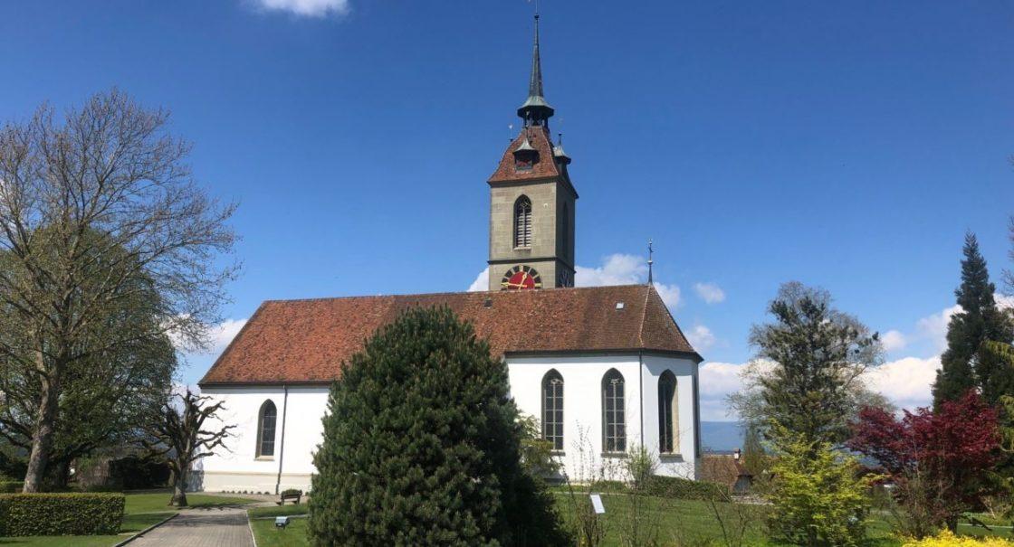 Kirche Frühling von Friedhof aus sm