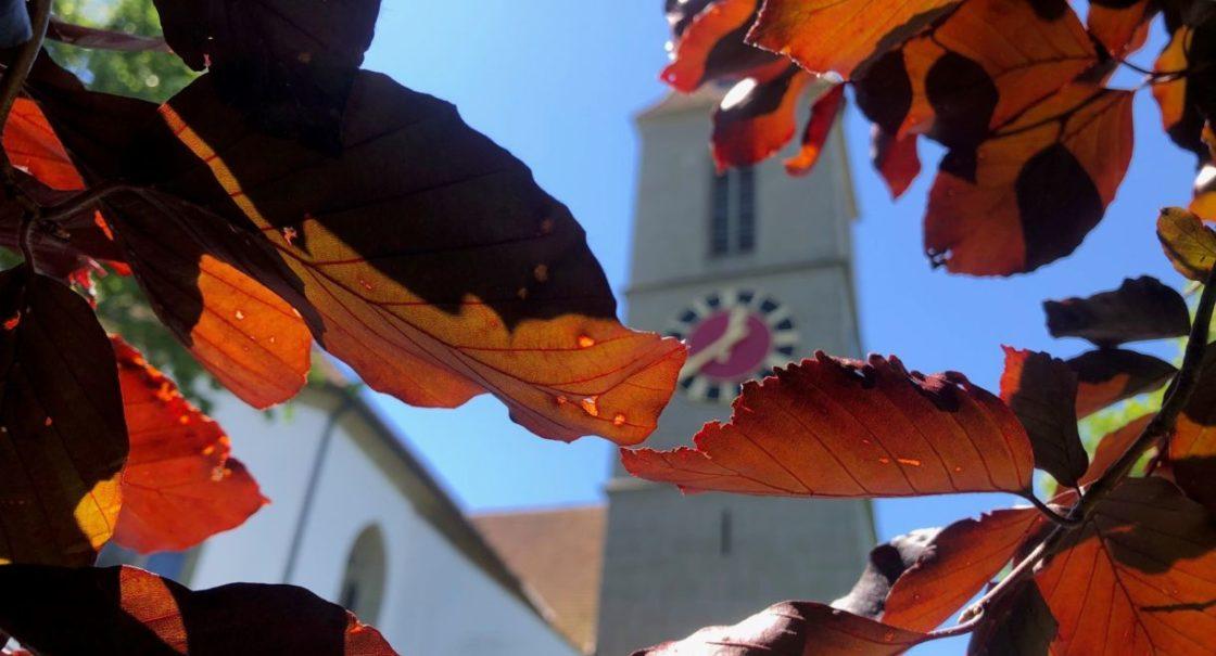 Kirche durch Blätterwald sm